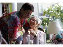 Livsglæde: Husalf og aktivitetsmedarbejder Anette Sie Jensen får sig en snak med 94-årige Karin Elsebeth Jørgesen.