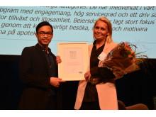 På bild från vänster: Richard Yuen och Anna Bryman från Beiersdorf tar emot pris för Årets leverantör 2017.