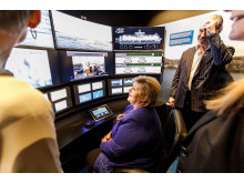 ENGASJERT: Statsminister Erna Solberg under åpningen av opplevelsessenteret The Salmon på Tjuvholmen sammen med grunnlegger Petter Sandberg.