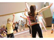Dansande barn på Stureplan