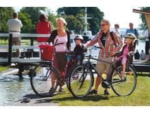Pressbild - Göta kanal, familj med barn cyklar längs Göta kanal