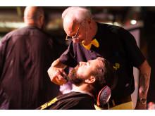 Dennis Liedberg från Dennis Barbershop, en av Sveriges äldsta barberare, visar skäggtrimning på World Beard Day.
