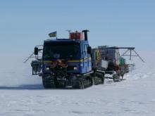 Svensk bandvagn i Antarktis/Tracked vehicle in Antarctica during the JASE-expedition