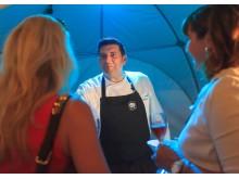 Sternekoch Marcello Fabbri verwöhnt die Gäste mit köstlichen Kleinigkeiten auf Sterneniveau