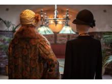 Även hattar och andra accessoarer visas i utställningen