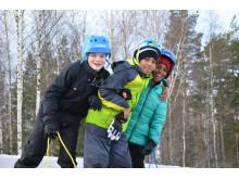 Killar från Sportfritids utflykt till Högbo då de var där för åk i backen och korvgrillning samt avslutar dagen med längdskidåkning i spåren