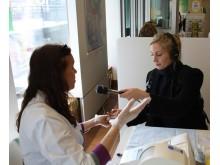 Lisa Friberg, reporter på P5 Radio Stockholm testar sitt blodsocker