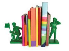 Legetøjssoldater som bogstøtter