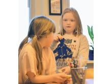 Molly som går i årskurs två i Ingaredsskolan visar en spratteldocka, som en del av förberedelserna inför Stora teknikutmaningens byggandefas.