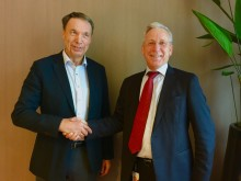 Handshake after signing of the future hotell property at Stockholm Arlanda Airport by, Lars Wenaas, Wenaasgruppen AS and Karl Wistrand, chief executive of Swedavia Real Estate AB.