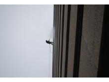 Reparbetare från Klätterservice rengör fasaderna på sjukhuset i Lund