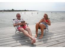 Stefan Gustafson, IT-tekniker på Höganäs kommun, och Agnes Eklund, fiberadministratör på Höganäs Energi, njuter av snabb surf vid Kvickbadet.