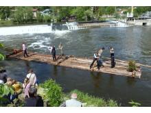 Langholzfloß bei Wehrüberfahrt: Flößerfest 2015 des Flößerverein Uhlstädt