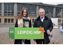 Architekt Prof. Dipl.-Ing. Eckhard Gerber (rechts) erläutert das Projekt