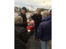ELONs personal bjuder köande kunder på kaffe.