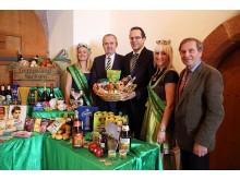 Grüne Woche: Sachsens Landwirtschaftsminister Thomas Schmidt (2.v.l.), Volker Bremer, Geschäftsführer der LTM GmbH und Dr. Manfred Graetz, Vorsitzender des TV SBuHL e.V. (r.) präsentieren sächsische Aussteller