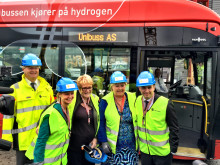 Cato Hellesjø, Guri Melby, Trine Skei Grande, Erna Solberg og Stian Berger Røsland foran hydrogenbuss