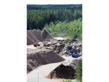 Biobränsle i form av returträ och restprodukter från skogsindustrin.