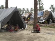 En familj i Röda Korsets läger i Sindh-provinsen i Pakistan