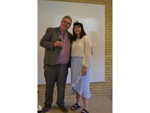 Erna Duratovic modtager Lærergruppens legat af lærer Kim Byrial