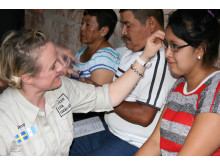 Jenny Österdahl hjälper kvinna i Guatemala att prova ut glasögon