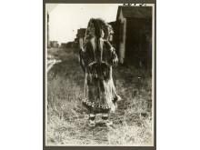 Inuitkvinde iklædt en dragt af rensdyrskind