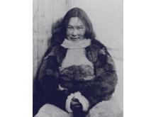"""Fotografi af kvinde i pelsdragt - Nationalmuseets store særudstilling """"Pels - liv og død"""""""