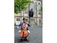 Dale Henderson mit seinem Cello vor der Thomaskirche in seinem Element
