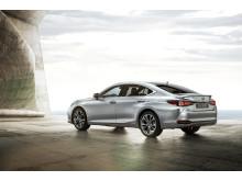 Lexus ES kaross har en slank, kupéliknande form med en låg visuell tyngdpunkt