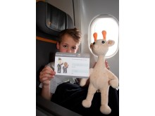 Når Gustav Cebrian flyver på ferie med Spies' eget flyselskab, Thomas Cook Airlines, er der også boardingkort med sædenummer til hans krammedyr.