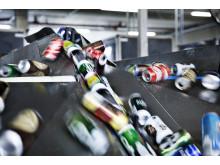 Flasker og dåser i fabrikken