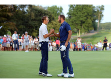 Dustin Johnson og Jordan Spieth hilser