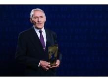 Armands Duplantis morfar Lars-Åke Hedlund poserar för porträtt med priset för Årets Manliga Idrottare