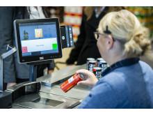 Kunder i Lidl kan fra den 30. september blive spurgt om billed-ID, når de køber energidrik i kædens butikker. En pop-up besked ved kassen minder den ansatte om at spørge efter kundens alder og et bevis herpå.