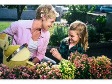Cochlear Nucleus® 7 Soundprozessor - Frau im Garten