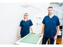 Klinikkamanageri Taru Tukia ja johtava eläinlääkäri Mikael Granholm.