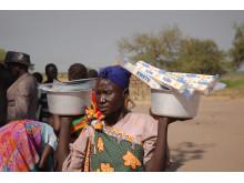Norsk Folkehjelp deler ut livsnødvendig utstyr til internt fordrevne i Sør-Sudan