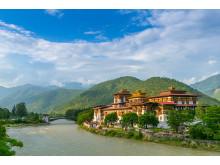 I Bhutan besöker vi vackra fort och kloster.
