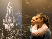 Som sort hvide træsnit træder vikingerne frem af væggen i Kongernes Jelling