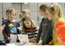 Metsokankaan yhtenäisperuskoulun kolmosluokkalaiset tutustumassa herkkurastii Neuvokas perhe -suunnistuksessa Oulussa
