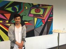 Mohamad framför sin målning i Lundenskolans entré