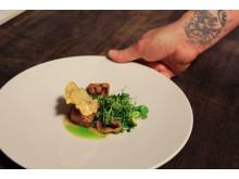 """Neo-Fjordisch: Christopher Haatuft serviert """"Pork & Oyster"""" in seinem Gourmetrestaurant """"Lysverket"""" im norwegischen Bergen"""