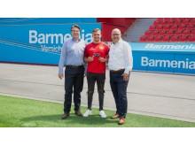 """Jochen A. Rotthaus, Bayer04 Leverkusen (r.) und Heiko Scholz, Barmenia (l.) mit dem Botschafter von Bayer04 Marvin """"M4RV"""" Hintz"""