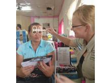 Camilla Efraimsson hjälper en kvinna med synen i Nicaragua – Optiker utan gränser 2016