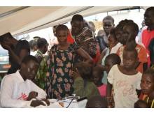 Patienter på Läkare Utan Gränsers mobilka klinik i Gudele, en särskilt drabbad del av huvudstaden Juba.