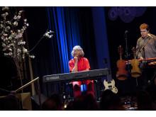 Gullan Bornemark på scen på SKAP:s vårfest 2013