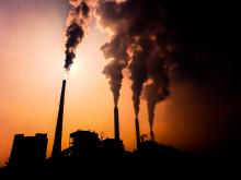 Illustrasjonsbilde: Silhuetten av et kullkraftverk i Kina.