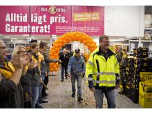 Glad besökare vid invigningen av det nya Hornbach varuhuset i Borås