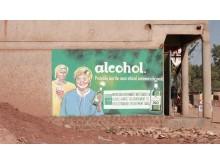 Siv og Erna på en vegg i Uganda.
