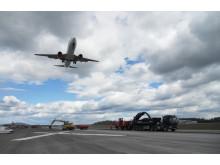 Fly lander over anleggsarbeider på rullebanen